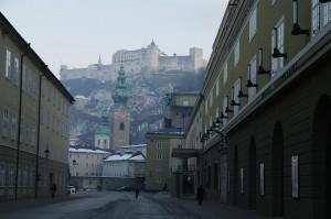Ein winterlicher Blick von der Salzburger Altstadt vorbei am Festspielhaus zur Festung