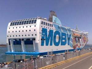 Die Moby Aki Fähre im Hafen von Piombino